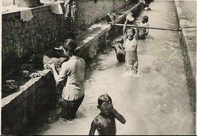 Mandi di Kali Karangasem (Bulu) Semarang 1946